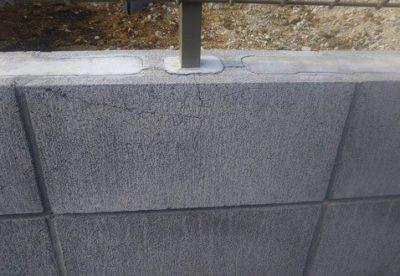 フェンスの支柱のひび割れ